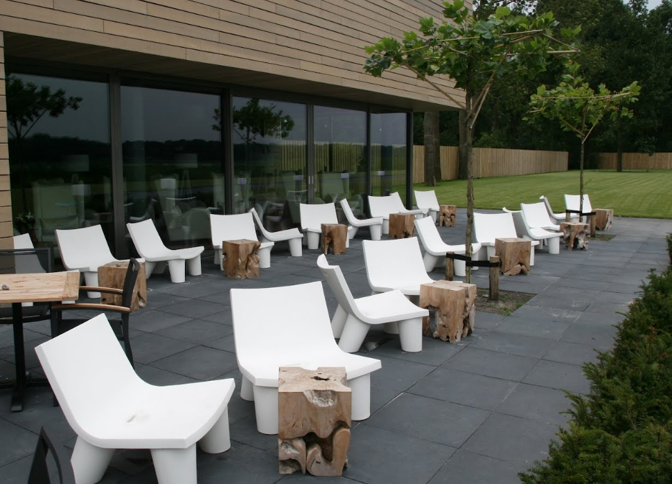 Low-Lita-Chair-Slide-Design-8-sfeerbeeld-teraas-Spa-Sereen-Maarsseveen2